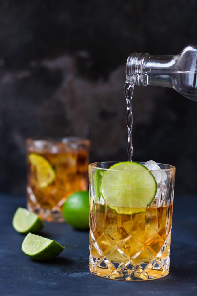 Was gehört in einen guten Aperitif? Tatsächlich ist nicht jeder Drink als Start in den Abend geeignet – schließlich erfüllt der Aperitif auch einen Zweck. Hier gebe ich euch drei Tipps, auf die ihr bei der Wahl eures Aperitifs achten solltet – und dann sind eurer Fantasie natürlich keine Grenzen gesetzt. #aperitif #aperitivo #aperol #drinks #guteraperitif