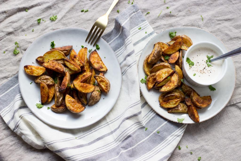 Perfekt knusprige Kartoffelecken mal etwas anders. Das besondere Aroma des Cumins vereint sich so gut mit dem gerösteten Knoblauch, dem frischen Joghurt und natürlich den knusprigen Kartoffelecken. Mein Gute-Laune-Essen. ;) Rezept auf dem Blog (umdentisch.de) #kartoffelecken #dip #partyrezept #einfachesrezept #gäste #foodphotography