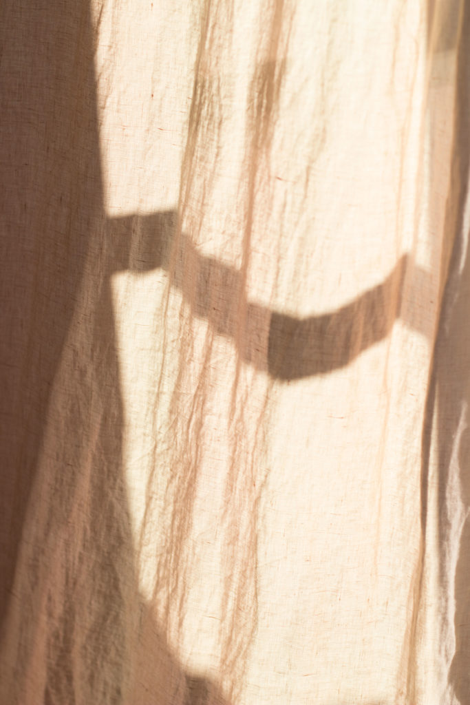 Hier eine kleine Inspiration für eine Tischdeko für den Valentinstag. Eukalyptus, Kristallgläser und goldenes Besteck haben eine romantische Wirkung ohne kitschig zu sein. Mehr Bilder und Infos zu der wunderschönen Tischdeko findet ihr auf umdentisch.de #tischdeko #romantischedeko #valentinstag #eukalyptus #diydeko #setthetable #tablesetting #valentinesday #romanticdinner #dinnertable #gatheringslikethese