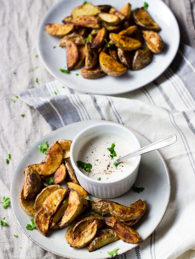 Ganz einfach: Cumin-Kartoffelecken mit Röstknoblauchdip