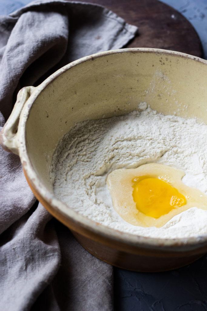 umdentisch.de - Forellen-Zitronen-Tortellini in Salbeibutter. Dieses Tortellini-Rezept ist soo gut!! Die zitronige cremige Füllung mit geräucherter Forelle, dazu gebräunte Salbei Butter- überragend. Und Tortellini selbst machen ist gar nicht so schwer! Um den Tisch - Der Blog rund ums Kochen, Essen, Feiern.