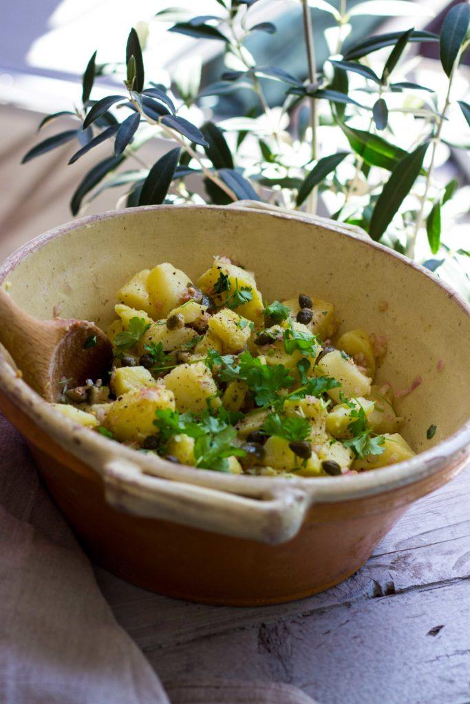 Das beste Kartoffelsalat-Rezept! Mit lauwarmer Kapern-Vinaigrette. So gut!! Rezept auf dem Blog. #kartoffelsalat #potatoesalad #foodphotography #grillrezept #kartoffeln #kapern #salatrezept #grillen