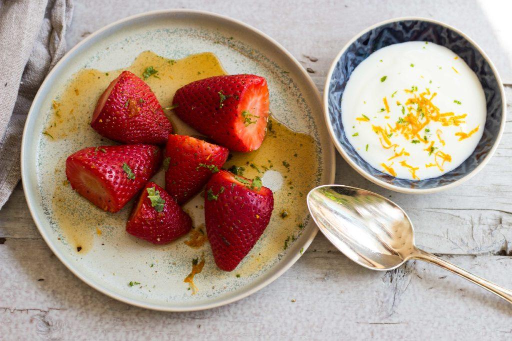 Pimms mit Erdbeeren, Orange und Limette! Das perfekte Sommer Dessert, für den Grill oder den Ofen. Lest das Rezept jetzt auf dem Blog! #grillrezept #pimms #erdbeeren #grilldessert #nachtisch #sommerdessert #sommernachtisch #grillen #grillrezept #orangen #limetten