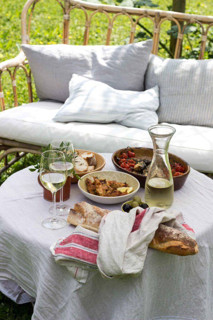 Lest hier die Rezepte für dieses perfekte einfache Sommermenü: Zucchiniblüten, Sardinen und Zitronengranita. Ein kühler Weißwein dazu und voila! #umdentisch #sommermenue #sommergericht #mediterran #garten #gatheringslikethese #gathering #tablesetting #linen #einfacherezepte #zucchiniblüten #sardinen #italienischkochen