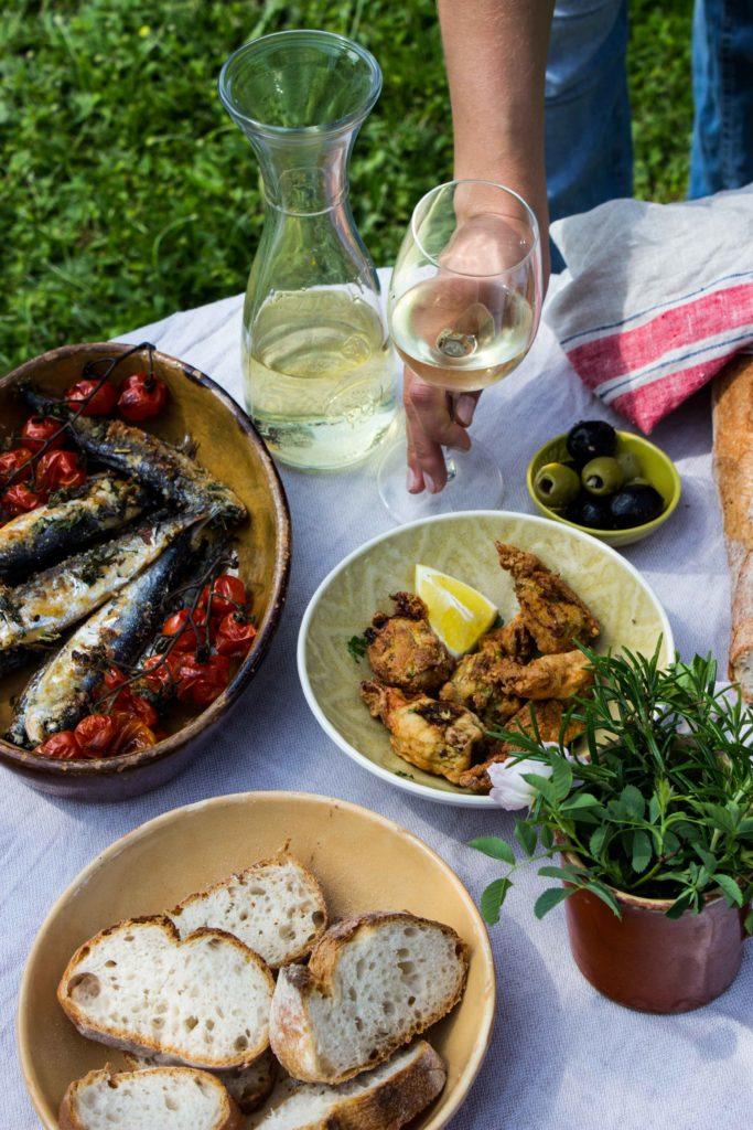 Lest hier die Rezepte für dieses perfekte einfache Sommermenü: Zucchiniblüten, Sardinen und Zitronengranita. Ein kühler Weißwein dazu und voila! #umdentisch #sommermenue #sommergericht #mediterran #garten #gatheringslikethese #gathering #tablesetting #linen #einfacherezepte #zucchiniblüten #sardinen #italienischkochen #zitronen #gastgeberin #sommerabend