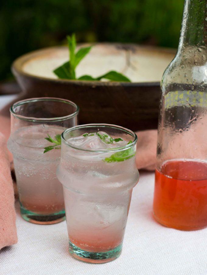 Braucht keinen Alkohol: Aperitif mit Rhabarbersirup
