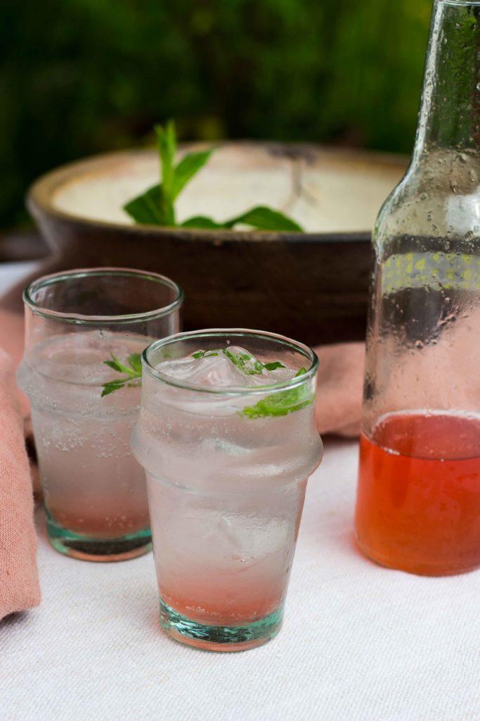 Lest auf dem Blog das Rezept für diesen köstlichen Rhabarbersirup. Daraus lässt sich wunderbar ein alkoholfreier Aperitif kreieren! Schaut vorbei auf umdentisch.de #aperitif #rhabarber #rhubarb #alkoholfrei #aperitifwithoutalcohol #virginaperitif #lemonade #limonade #linen #glassware #tischdeko #setthetable #gatheringslikethese
