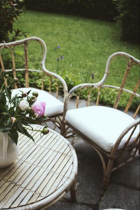 Lest auf dem Blog das Rezept für diesen köstlichen Rhabarbersirup. Daraus lässt sich auch wunderbar ein alkoholfreier Aperitif kreieren! Schaut vorbei auf umdentisch.de #aperitif #rhabarber #rhubarb #gartenmöbel #patio #peonies #pfingstrosen #rattanmöbel #garden #linen #glassware #tischdeko #setthetable #gatheringslikethese