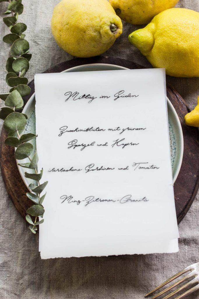 Lest hier die Rezepte für dieses perfekte einfache Sommermenü: Zucchiniblüten, Sardinen und Zitronengranita. Ein kühler Weißwein dazu und voila! #umdentisch #sommermenue #sommergericht #mediterran #garten #gatheringslikethese #gathering #tablesetting #linen #einfacherezepte #zucchiniblüten #sardinen #italienischkochen #menükarte #handlettering #tischdeko