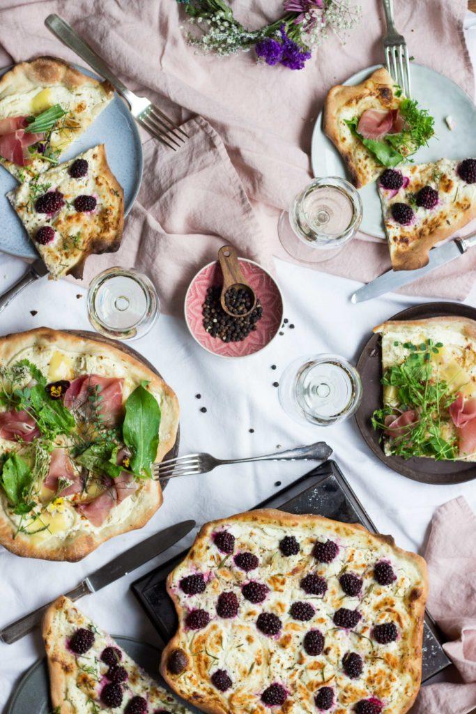 Das beste Rezept für Flammkuchen Teig & zwei köstliche Variationen: Einmal Vegetarisch und einmal mit Schinken. Unkompliziert, einfach, schnell. Also ladet eure ganzen Freunde ein und veranstaltet ein Flammkuchen Feast! Rezept auf meinem Blog: Umdentisch.de. #umdentisch #flammkuchen #flammkuchenrezept #vegetarisch #einfachesrezept #vielefreunde #vielegäste #dinnermitfreunden #dinnertable #ziegenkäse #brombeeren #feast #tabledecoration