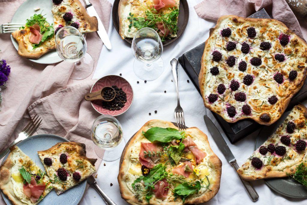 Das beste Rezept für Flammkuchen Teig & zwei köstliche Variationen: Einmal Vegetarisch und einmal mit Schinken. Unkompliziert, einfach, schnell. Also ladet eure ganzen Freunde ein und veranstaltet ein Flammkuchen Feast! Rezept auf meinem Blog: Umdentisch.de. #umdentisch #flammkuchen #flammkuchenrezept #vegetarisch #einfachesrezept #vielefreunde #vielegäste #dinnermitfreunden #dinnertable #feast #tabledecoration