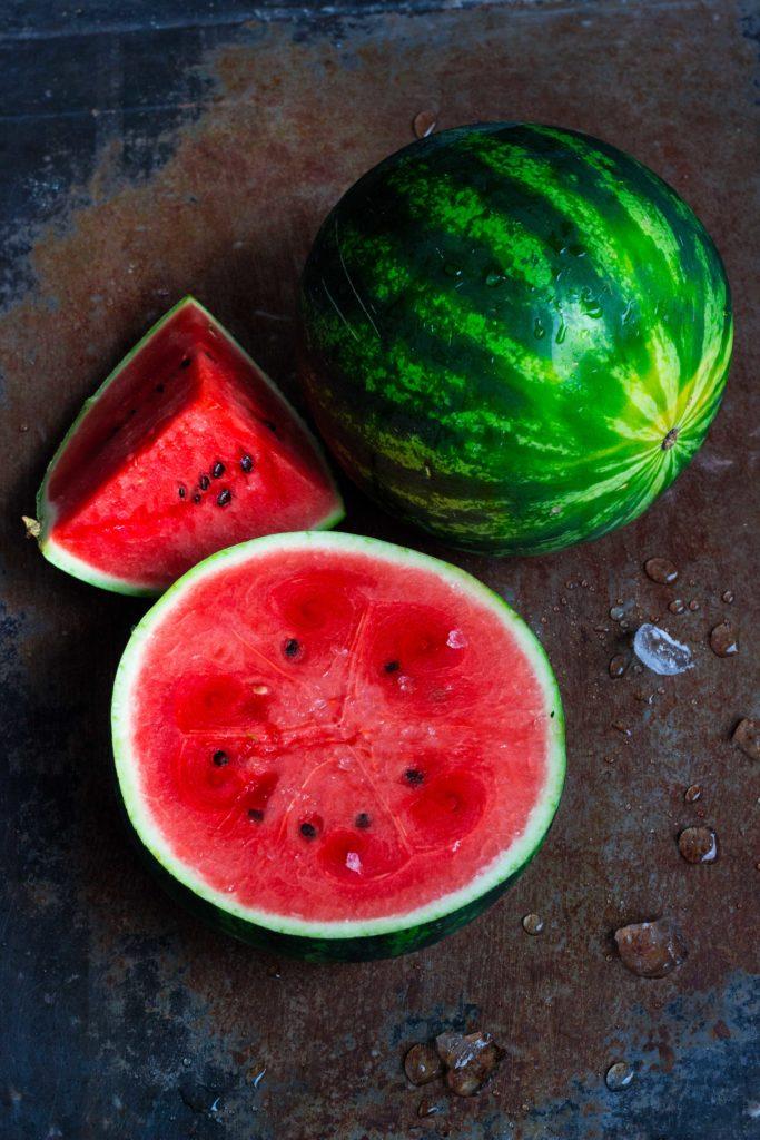 3 Rezepte für Fingerfood mit Wassermelone: Jetzt auf meinem Blog (umdentisch.de) Diese sommerlichen Fingerfood Variationen machen eure Gäste garantiert glücklich! Und sie sind blitzschnell zubereitet. #umdentisch #wassermelone #foodphotography #fingerfood #appetizer #partyrezept #watermelon #wassermelonenrezept #gesund #sommer #gartenparty #rezept #sommerparty