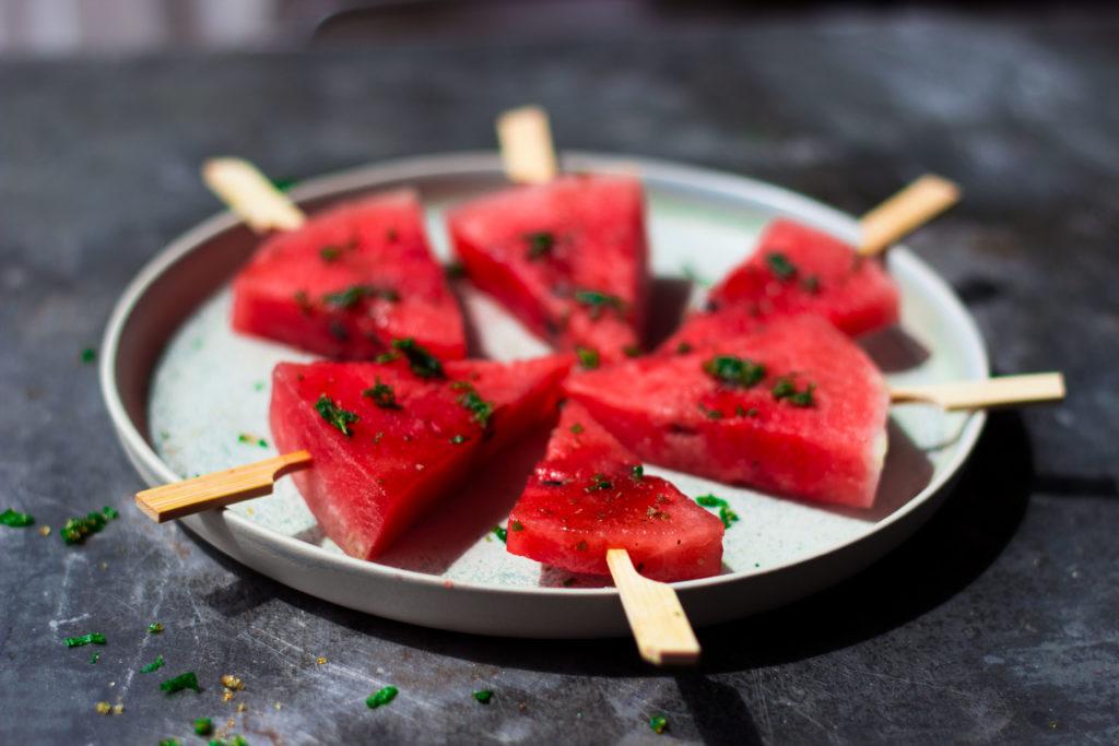 3 Rezepte für Fingerfood mit Wassermelone: Jetzt auf meinem Blog (umdentisch.de) Diese sommerlichen Fingerfood Variationen machen eure Gäste garantiert glücklich! Und sie sind blitzschnell zubereitet. #umdentisch #wassermelone #foodphotography #fingerfood #appetizer #partyrezept #watermelon #wassermelonenrezept #gesund #sommer #gartenparty #rezept #sommerparty #vegetarisch #feta