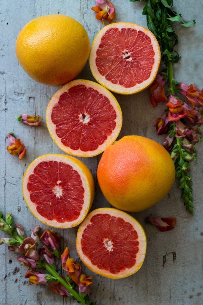 Erfrischend, einfach & für viele Gäste: Grapefruit Mousse - das beste Dessert! Jetzt auf meinem Blog: umdentisch.de! #dessert #grapefruit #mousse #rezept #umdentisch #vielegäste #einfacherezepte #nachtisch #winter #herbst #schnell