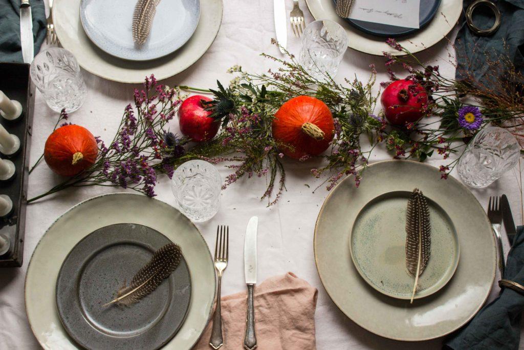 Tipps für einen schönen herbstlichen Tisch! Einfache Tischdeko für eine besondere Atmosphäre. Jetzt auf dem Blog (www.umdentisch.de) #umdentisch #tischdeko #herbst #herbstlich #blumendeko #kürbis #tablesetting #falltable #autumn #setthetable #fallseting #tabledecoration #winter #gatheringslikethese #dinner #dinnerwithfriends