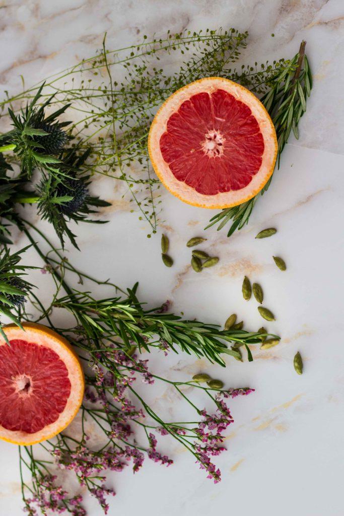 Der würzig-warme Kardamom, die pinke erfrischende Grapefruit und dazu subtile Rosmarinaromen. Etwas Sparkle vom Sekt, etwas Booze vom Gin. Magic. Lest das Rezept auf dem Blog! www.umdentisch.de #umdentisch #gin #aperitif# foodphotography #foodstyling #drinks #cocktail #rosmarin #grapefruit #kardamom #herbstdrink #wintercocktail #winteraperitif #weihnachtsdrink
