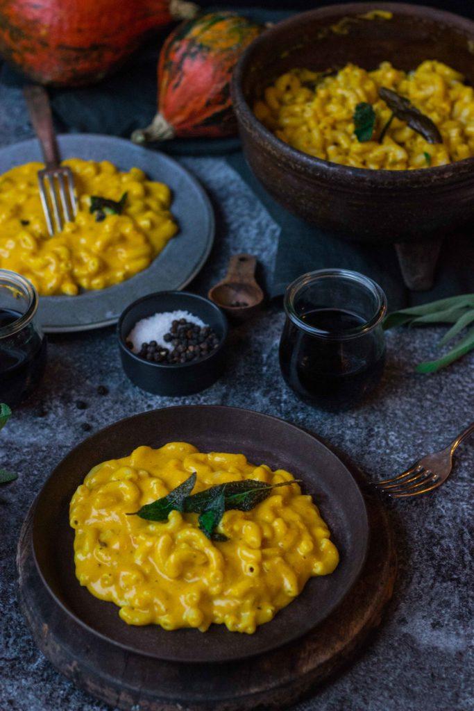 Kürbis Mac´n´Cheese mit knusprigen Salbeiblättern - jetzt auf umdentisch.de ! #umdentisch #kürbis #pasta #macncheese #käse #cheddar #salbei #fürfreundekochen #vielepersonen #vielegäste #herbstlich #foodphotography