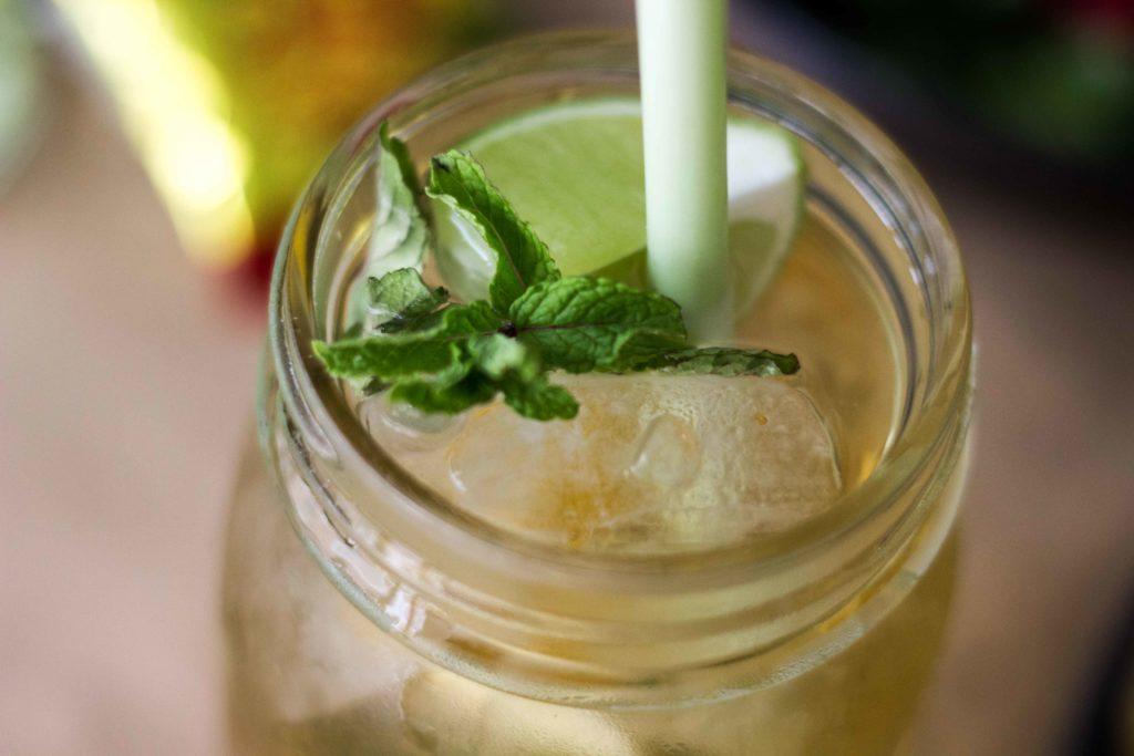 Grüner Tee, Limetten, Ingwer, Gin und Minze: Der perfekte Drink, besonders zu asiatischem Essen. So erfrischend! Jetzt auf dem Blog (www.umdentisch.de) #umdentisch #gruenertee #greantea #gindrink #ingwer #ginger #dumplingsnight #dinnerwithfriends #aperitif #asiandrink
