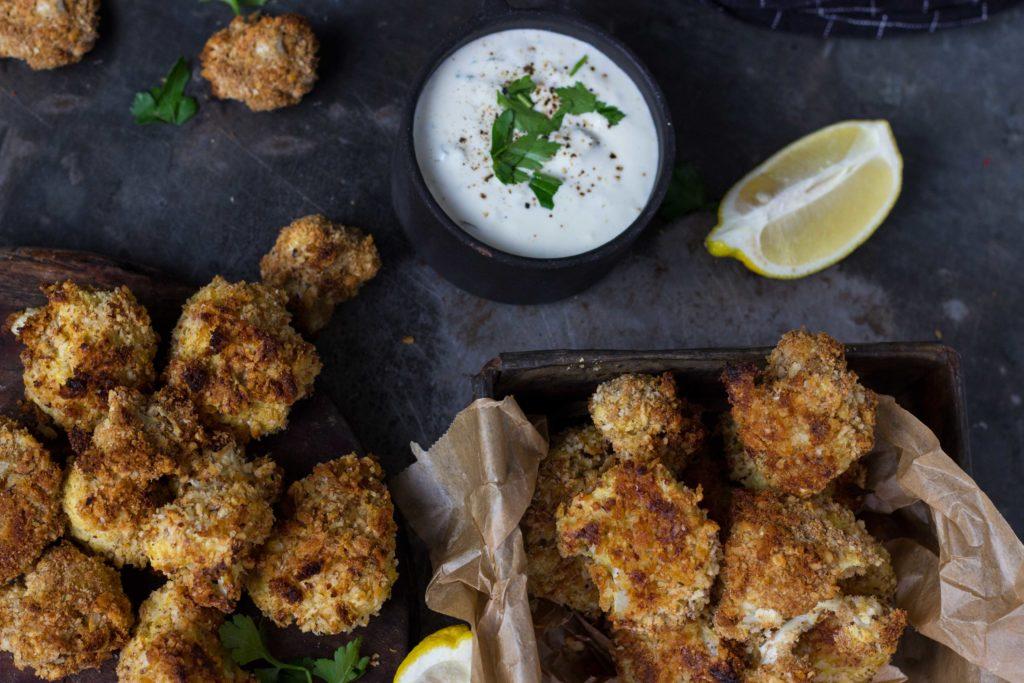 Knusprige Blumenkohl Nuggets mit Fourme d´Ambert Blauschimmelkäse-Dip - lest das Rezept jetzt auf umdentisch.de #vegetarisch #blumenkohl #nuggets #dip #blauschimmelkäse #veggie #foodphotography #käse #partysnack