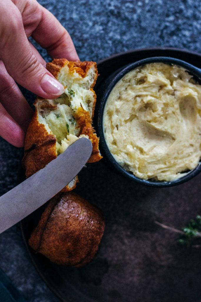 Der perfekte Appetizer: Warm, innen saftig, außen knusprig, fluffig: Thymian Popovers mit Ingwer-Birnen-Butter. Nach einem Rezept von Camille Styles. So gut! Lest das Rezept jetzt auf dem Blog: umdentisch.de. #umdentisch #camillestyles #appetizer #thymian #ingwer #birne #butter #popovers #backen #kräuter #herbst #gäste #rezept #vorspeise #winter #foodphotography #gatheringslikethese #foodstyling #foodblogger